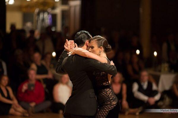 Daniela Kizyma und Pablo Velez tanzen eine wundervolle Show auf dem Tango Festival Wuppertal 2016. Bild von Michael Röhrig Fotografie
