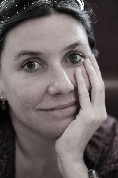 Charakterportrait meiner Frau Catherine. Fotografiert in einem Café in Paris im Mai 2011.