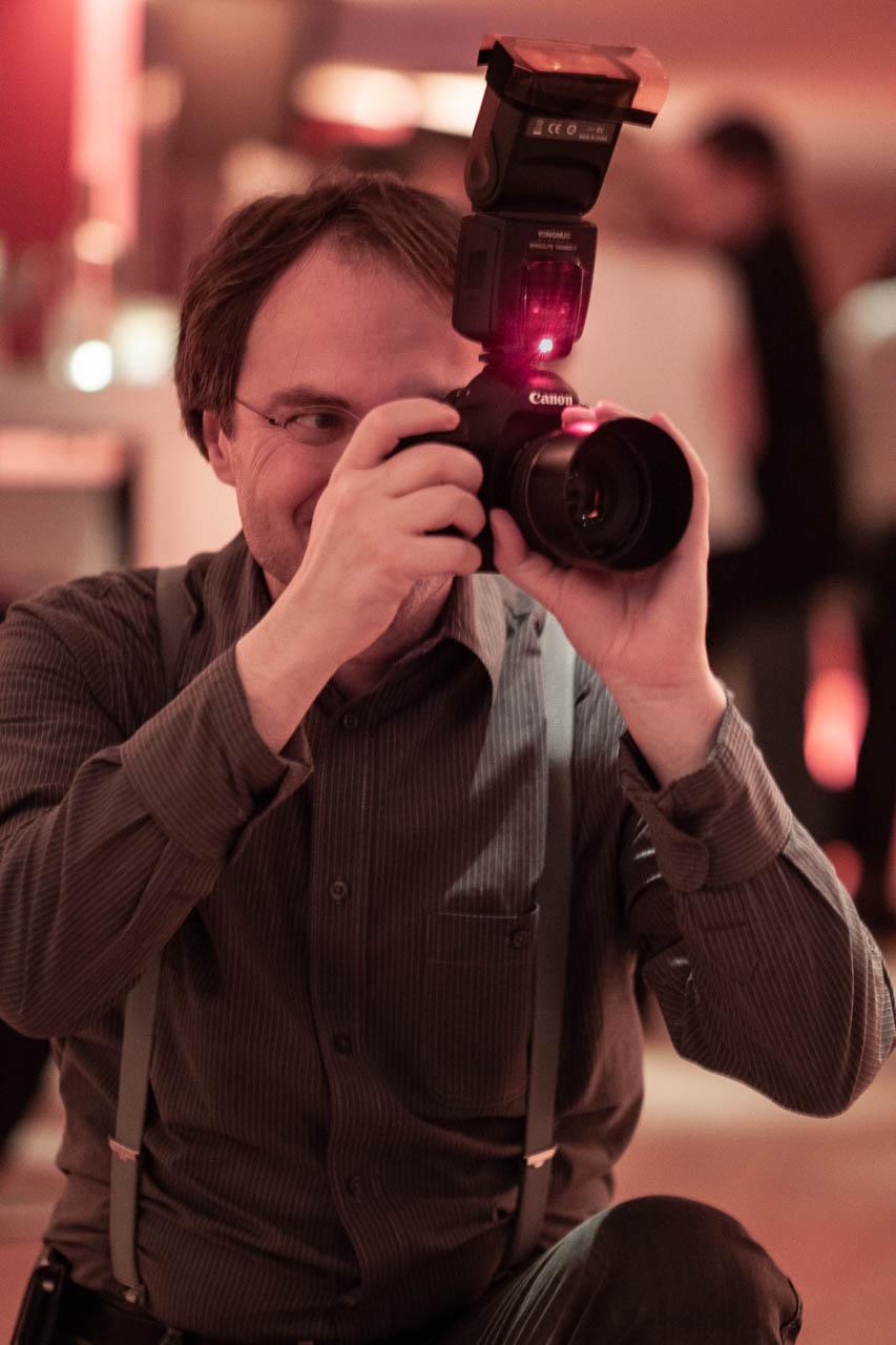 Der Hochzeitsfotograf Michael Röhrig fotografiert auf einer Feier.